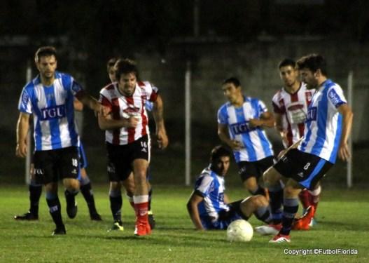 Vargas es marcado pro toda la defensa palmirense,. Foto Emilia Spinelli