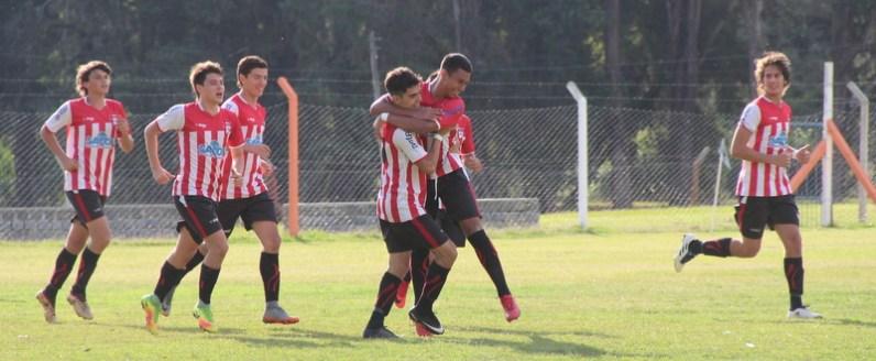 Mateo Colombo festeja el gol de apertura.