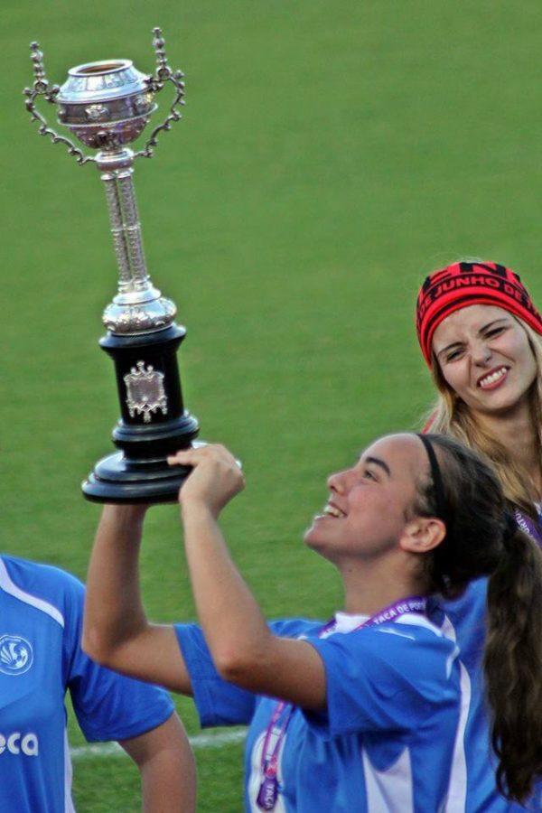 Erguendo a Taça de Portugal conquistada no Estádio Nacional