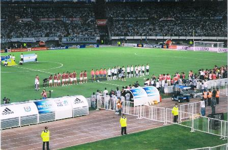 Momentos antes da estreia de Maradona: note a aglomeração de fotógrafos no banco da Argentina, à direita.