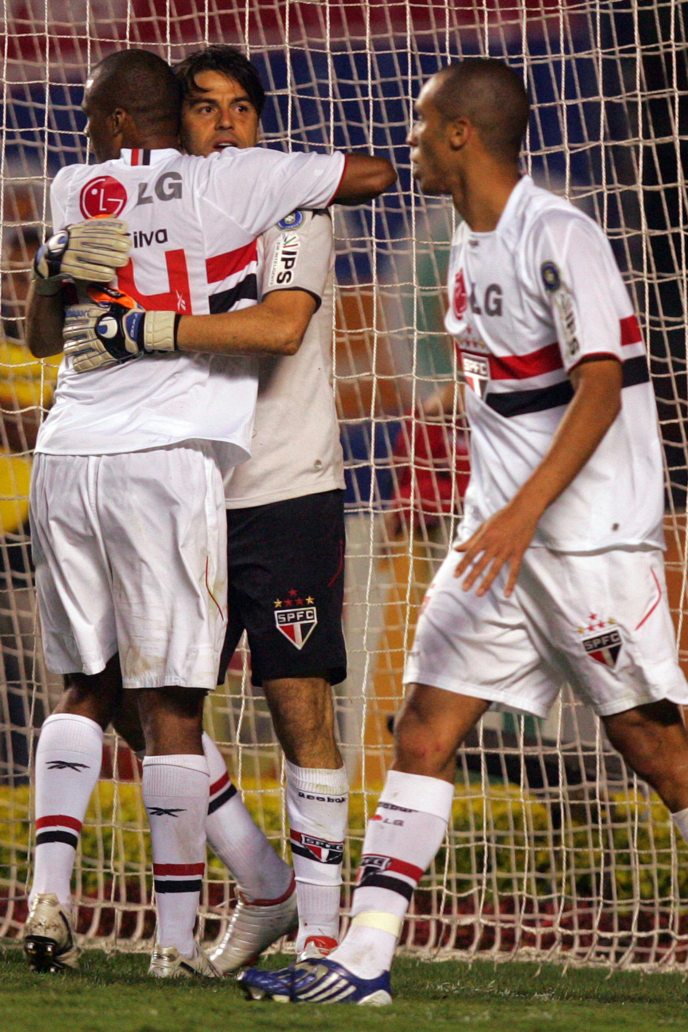 Os zagueiros tricolores têm mesmo que agradecer ao goleiro. FOTO Gaspar Nóbrega VIPCOMM