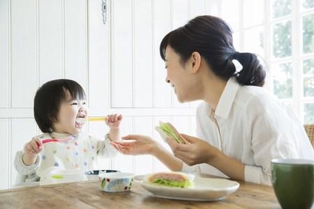自粛中がチャンス! 乳幼児のスプーン・お箸の練習法&コツ!