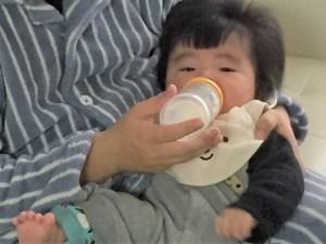 ミルクを飲ませながら抱っこ
