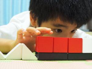 積み木で遊ぶ息子