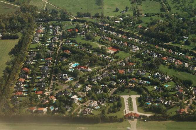 How the other half lives: the gated, Ezeiza suburb of Buenos Aires.  Alex Steffler, CC BY