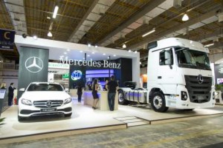 Estande da Mercedes-Benz no Congresso da SAE