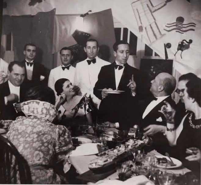 1929'da Torino'da, tarihin ilk ve tek ve son fütürist restoranı Holy Palate'de (Kutsal Damak Tadı) Marinetti, Fütürist yemeklerini arkadaşlarına tattırıyor...