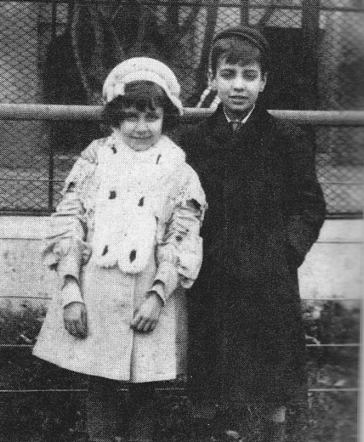 Kızkardeşiyle birlikte Palermo Hayvanat bahçesi'nde, 1908