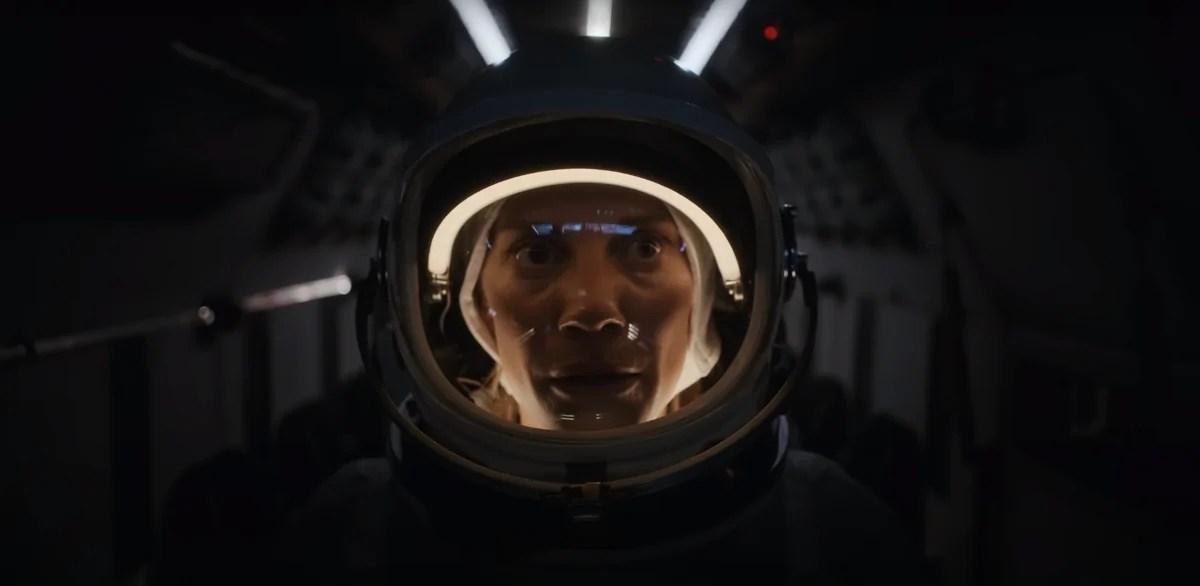 "A atriz Katee Sackhoff no papel de Niko Breckinridge, durante a segunda temporada de ""Outra Vida""."