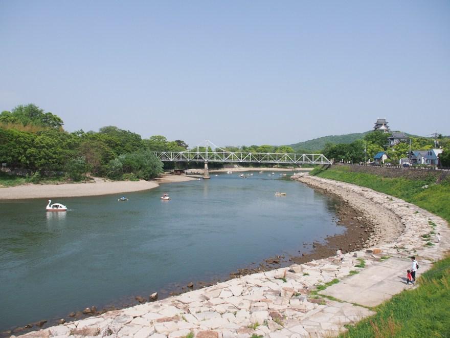 石関町 旭川土手から岡山城を望む