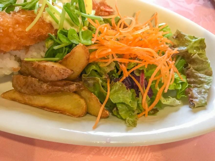 コムシェトワ コムシェカレーのフライドポテトとサラダ
