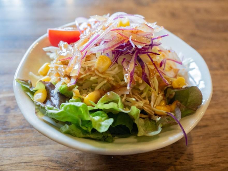 喫茶 かめやま:ビーフカレーのサラダ
