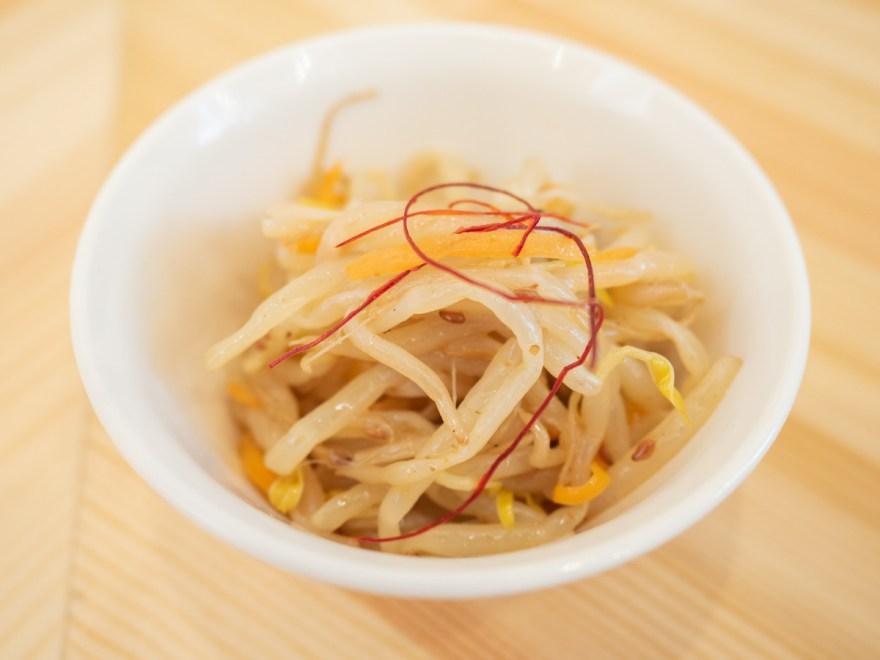 日鶏ひとり:定食の小鉢(モヤシの和え物)
