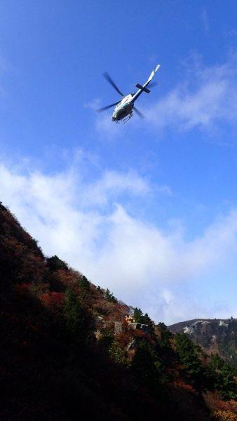 救助ヘリが、救助者を吊り上げます