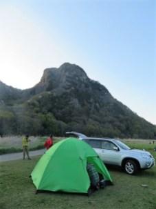 城山をバックにテント泊