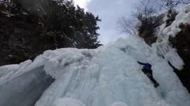 ④善五郎の滝を登るTKGさん