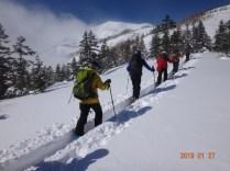 新雪の中をシール登行