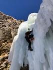 大滝をしっかりフォローするKBさん。氷が薄いのがわかる