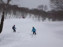 滑りやすい新雪の大斜面を滑降