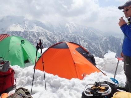 早月小屋の脇にテントを2つ設営