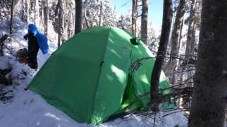 雪を盛って快適なテントサイト