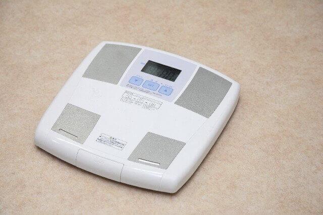 デブかどうか計る体重計