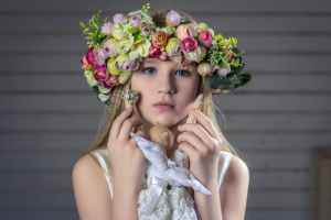 portrait-girl-wreath-hair