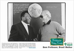 Um dos anúncios encartados nas maiores revistas brasileiras mostrava o jogador de futebol Pelé ao lado de um dos professores de sua infância