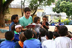 An Entorno volunteer reads to public school students near Editora Abril