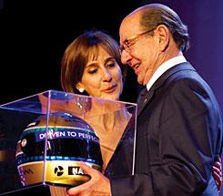 Roberto Civita recebe prêmio das mãos de Viviane Senna, pelo destaque da revista NOVA ESCOLA na Educação