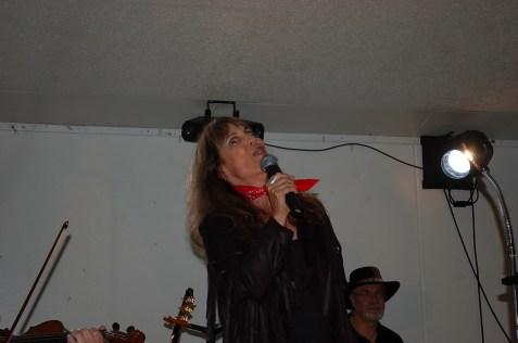 Linda sings!