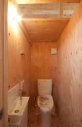 神戸町の家 2階のトイレ天井の一部はガラス貼です。明かりが入ってきます