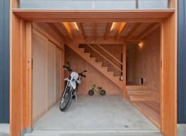 神戸町の家 モタード(バイク)の整備ができるよう玄関は広めの土間空間です