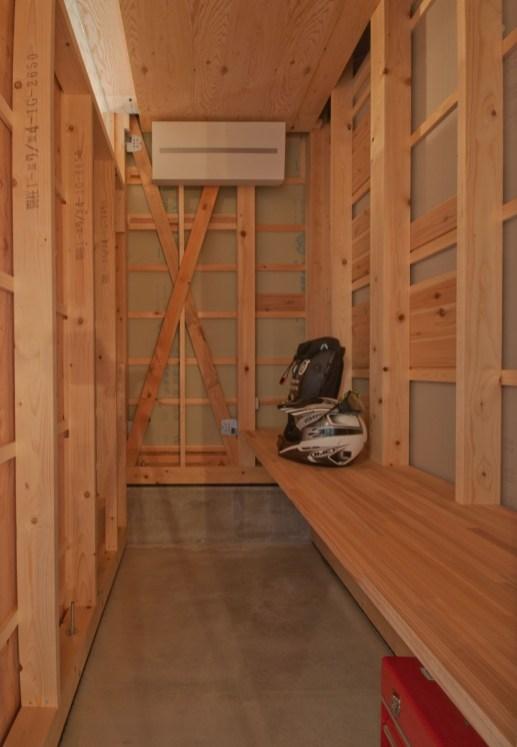 神戸町の家 趣味室は下地がそのままあらわれたワイルドな男の空間です。柱のスタンプもそれがいい