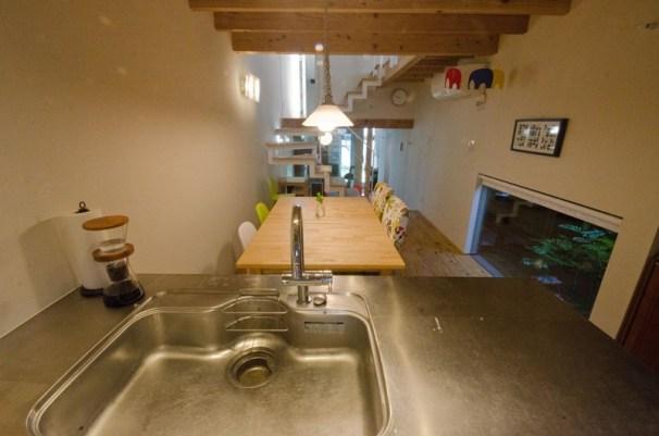 視線は キッチンから 階段 玄関を通してリビングまで広がります
