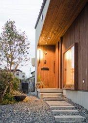 アンドの家 玄関正面。天井と壁は杉の板張りです。