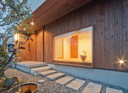 アンドの家 アプローチです。和室の地窓がいい感じ