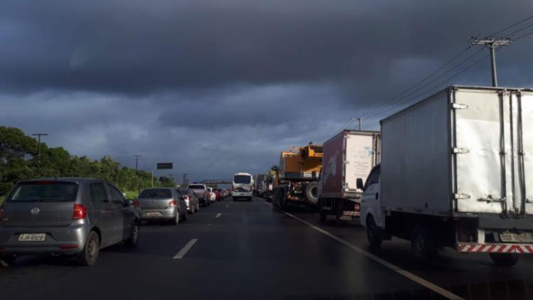 Manifestantes ocupam faixa da direita nas rodovias, bloqueando apenas a passagem de veículos de carga