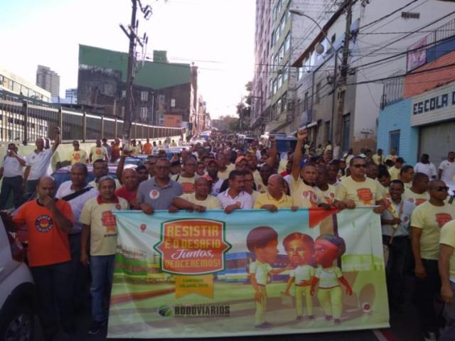 Após assembleia, categoria realiza caminhada no centro da cidade