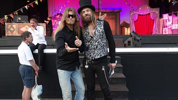 Peter Ahlborg och Carl-Einar Häckner på Liseberg tillsammans efter hans föreställning Caravan. Foto: Privat