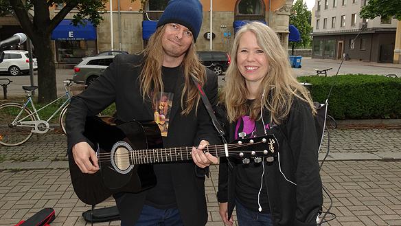 Radio P4 Östergötland följde Peter Ahlborg under en hel förmiddag. Här Peter med Lotta Andersson som intervjuade honom under programmet. Foto: Privat