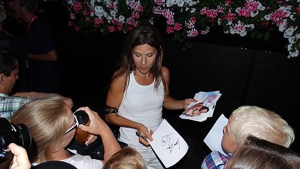 Caroline af Ugglas skriver autografer till sina beundrare efter Lotta på Liseberg. Foto: Peter Ahlborg