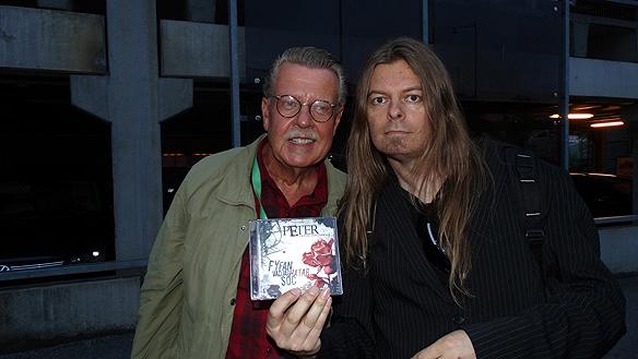 """Peter träffar Mikael Wiehe efter Lotta på Liseberg, """"Jag ska lyssa på din skiva i bilen nu när jag åker hem"""", sa han till Peter innan de skildes åt. Foto: Privat"""