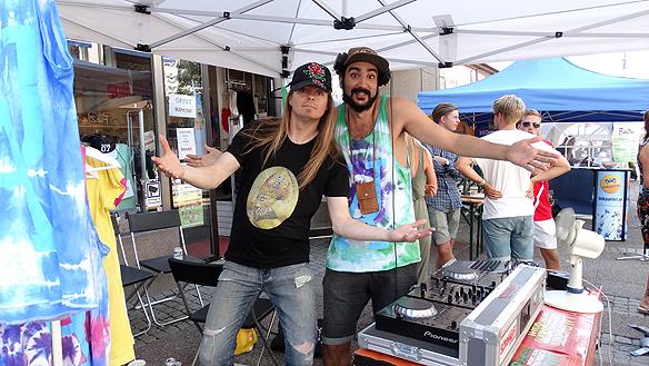 Träffade den trevliga DJn Simon som åker runt på musikfestivaler runt Sverige, och jobbar som DJ. Peter är inte sen med att ta kontakt med alla som har med musik att göra. Jag delar ut en 10-20 visitkort per dag, säger han. Foto: Privat