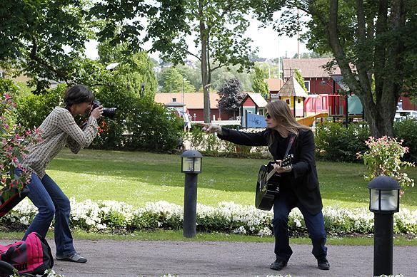 Peter Ahlborg blir fotograferad för Motala & Vadstena tidning. Foto: Hasse Sukis