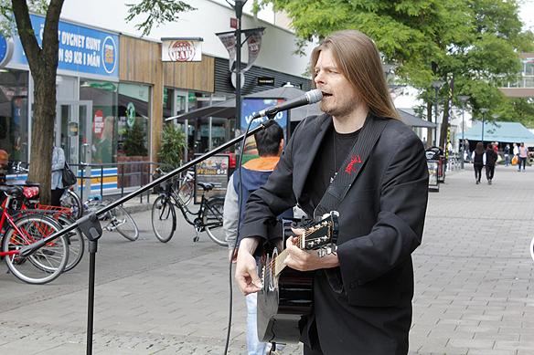 """Peter Ahlborg spelar """"Fy fan vad jag hatar soc"""" och andra låtar i Norrköping. © Foto: Hasse Sukis"""