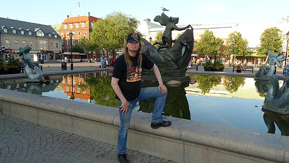 Peter framför Carl Milles fontän i brons, vid namn Europa och Tjuren vid Stora torg i Halmstad. Foto: Privat