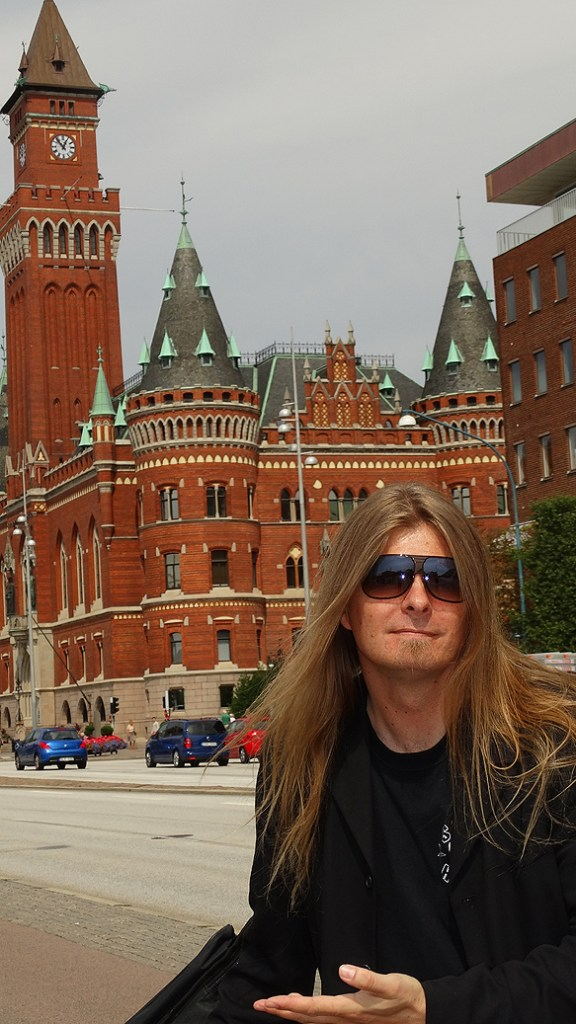 Peter Ahlborg framför rådhuset i Helsingborg. Foto: Privat