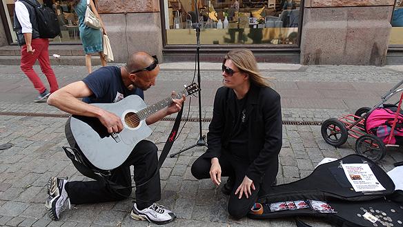 Peter lånar ut gitarren till den trevliga killen Mourad, som spelar en låt för Peter i Malmö - de diskuterar även hemlöshetsfrågorna. Foto: Privat