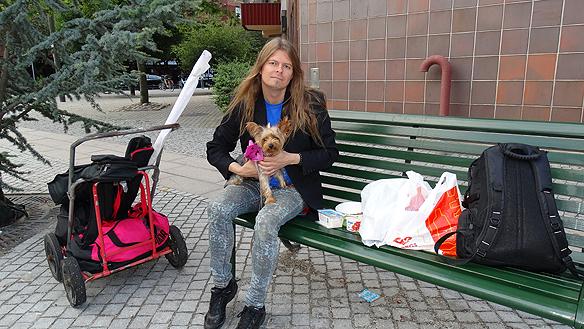 Peter äter frukost på en parkbänk i Malmö vid köpcentrumet Caroli. Träffar på den härliga hunden Nikita - Jag känner hur kärleken och värmen stiger i min kropp - när jag träffar på så här gosiga hundar, säger han. Foto: Privat